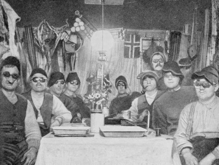 1911: Mitglieder von Roald Amundsens Südpolexpedition 1910-1912 posieren vor der Reise zum Südpol mit patentierten Skibrillen